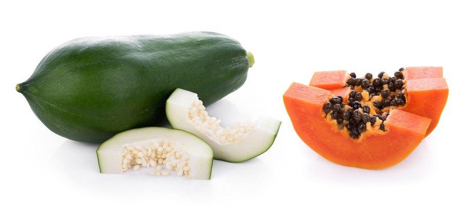 緑色のパパイヤと熟したパパイヤ