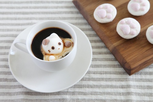 猫のマシュマロが浮いているコーヒー