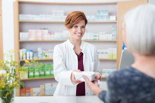 薬局で患者に対応する薬剤師
