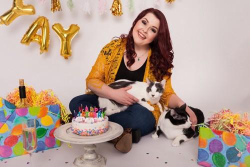猫とお祝いする女性