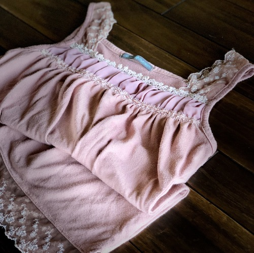ピンクのキャミソール