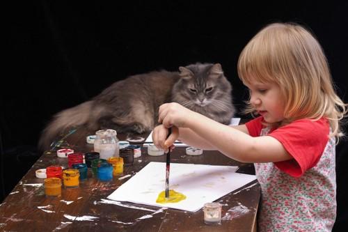 絵を描く少女と猫
