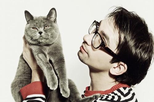 男性に抱きかかえられている猫
