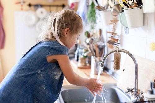 手を洗う少女