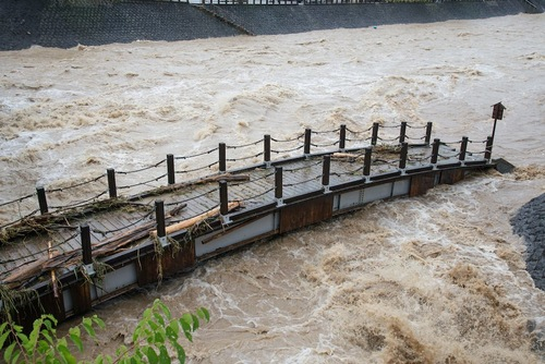 川に流されそうな橋