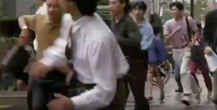 逃げる人々