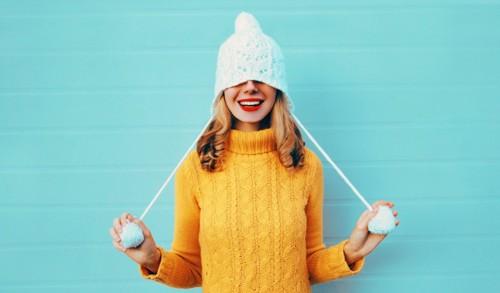 セーターを着る女性