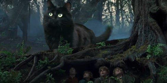 森を歩くアウルキティと隠れるホビットたち