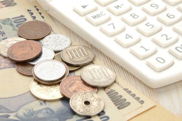 101258252 お金と電卓の写真