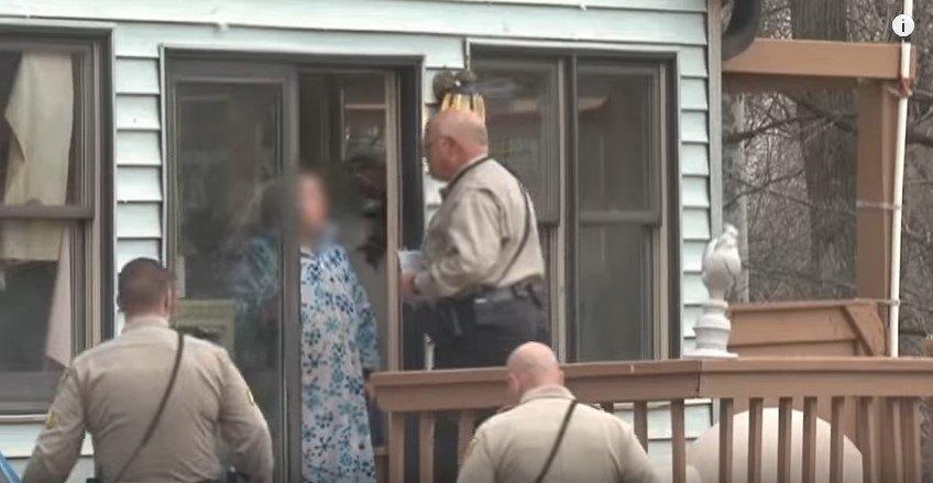 家宅捜索に入る警察官