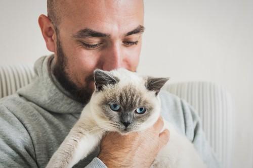 猫を抱っこする男性