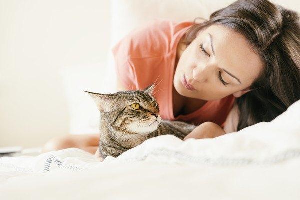 猫に声をかける女性