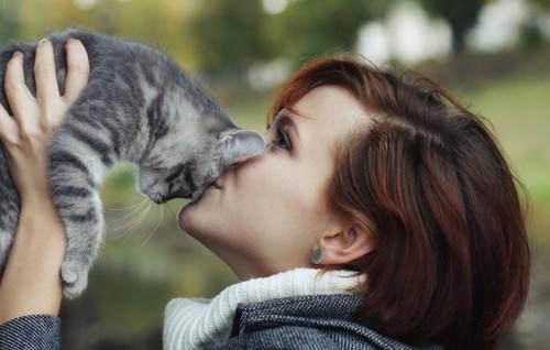 猫と顔を付ける女性