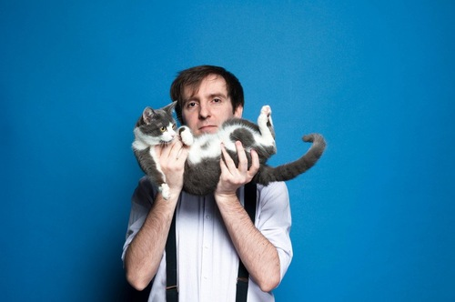仰向けに猫を抱く人