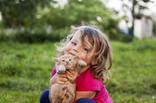 猫を抱っこする子供