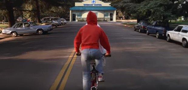 自転車の後ろ姿