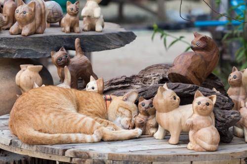 たくさんの猫の置物の茶トラ