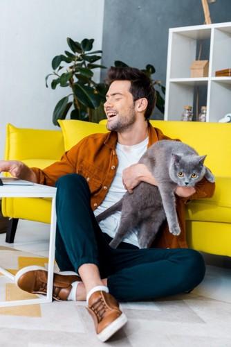騒がしい人と猫