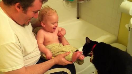 くすぐったそうにする赤ちゃん