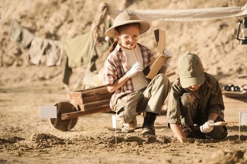 発掘調査をしている子ども
