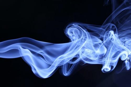 暗闇に浮かぶ煙