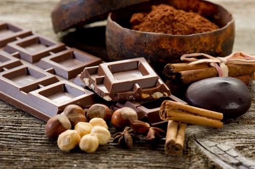 チョコレートやカカオ、ココアパウダーなどが並んでいる