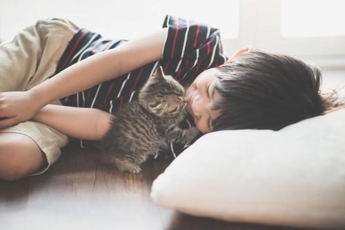 少年を舐める猫