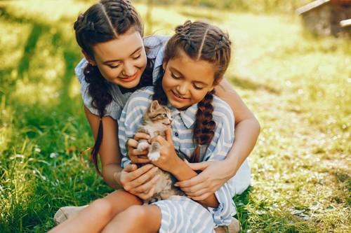 二人の少女と子猫