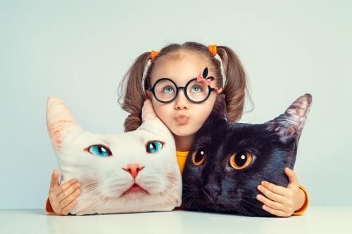 猫の顔型クッションと女の子
