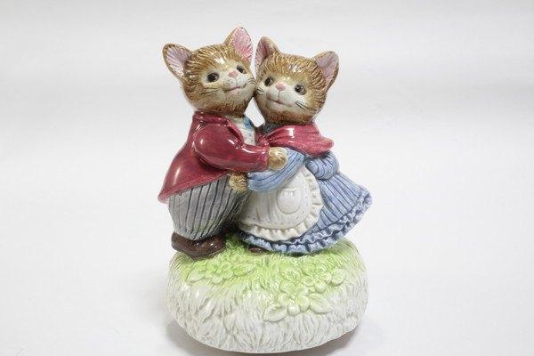 抱き合う猫の人形2体