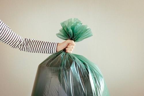ゴミ袋を持つ女性の手