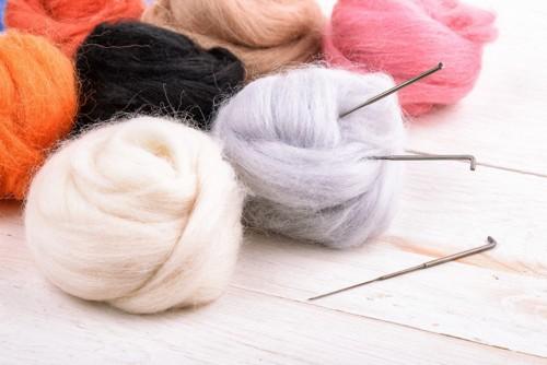 羊毛フェルトとマットとニードル針
