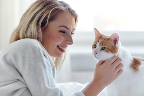 喉を触られる猫