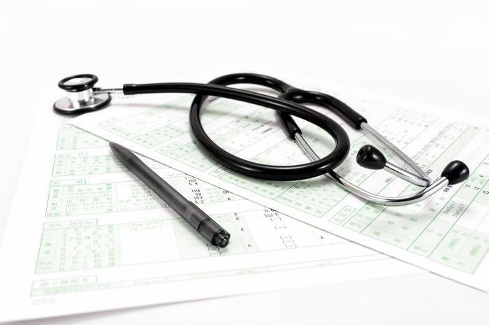 聴診器とペン