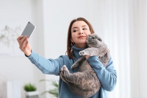 猫と自撮りする女性