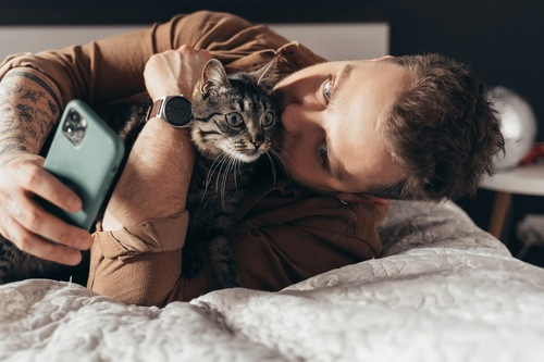 猫と自撮りする人