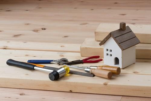 家の置物と大工道具