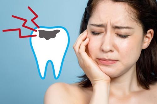 虫歯を痛がる女性