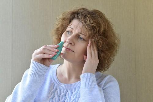 点鼻薬を持つ女性