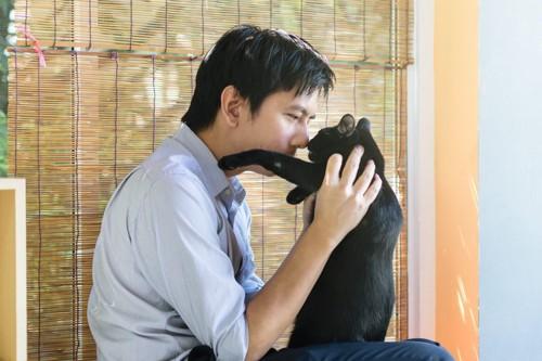 鼻を近づける猫と飼い主