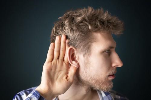 聞き耳を立てる人