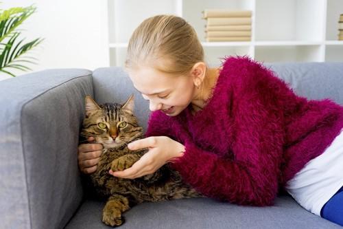 飼い主と戯れる猫