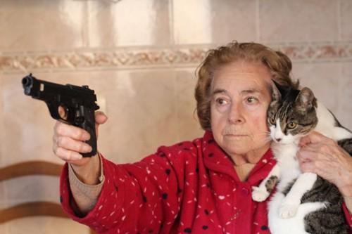 拳銃を構える女性と猫