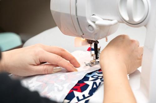 ミシンで布を縫う人の手元