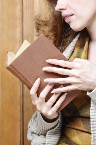古い本を読む女性