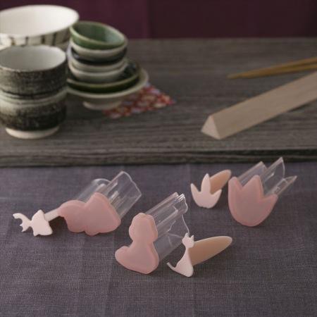 和食器の並ぶテーブル手前に笹・金魚・ネコの押し出し型