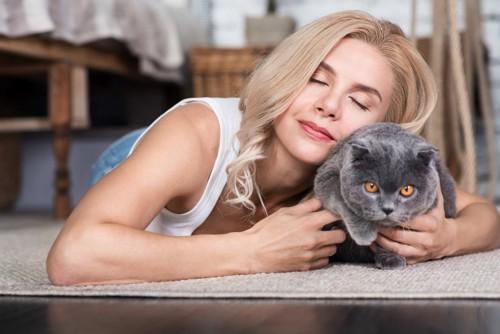 猫に抱き着く女性