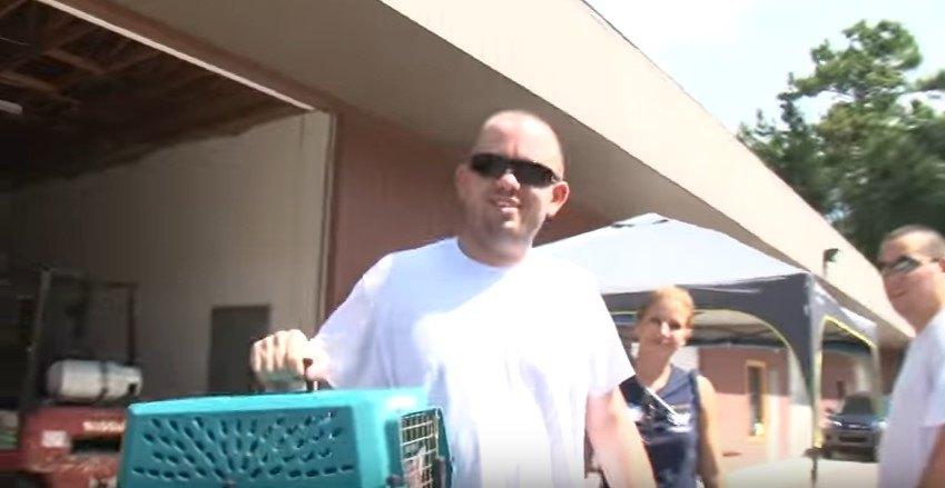 猫をキャリーケースで運ぶ男性