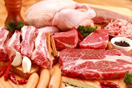 いろいろな種類の生肉が並べられている