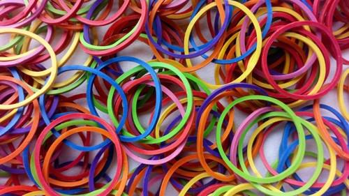 様々な色の輪ゴム